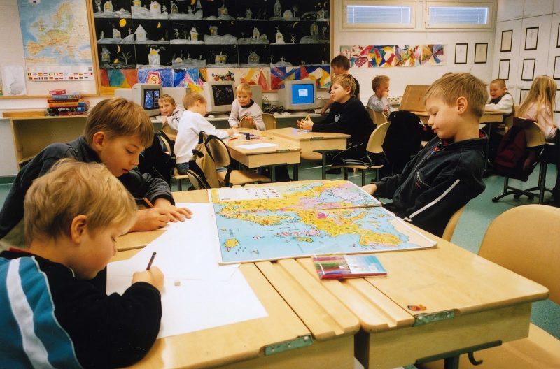 anak-anak sd sedang belajar